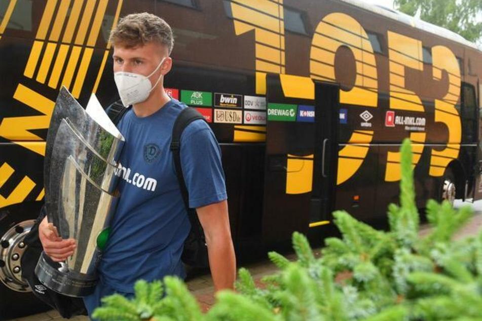 Phil Harres (19) mit dem Drittligapokal.