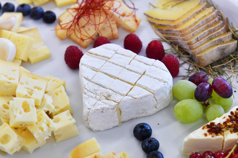 Verschiedenste Käsespezialitäten liegen auf einem Teller. (Symbolfoto)