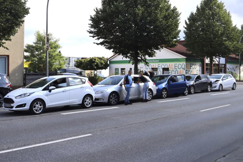 Bei dem Unfall wurden fünf Fahrzeuge beschädigt.