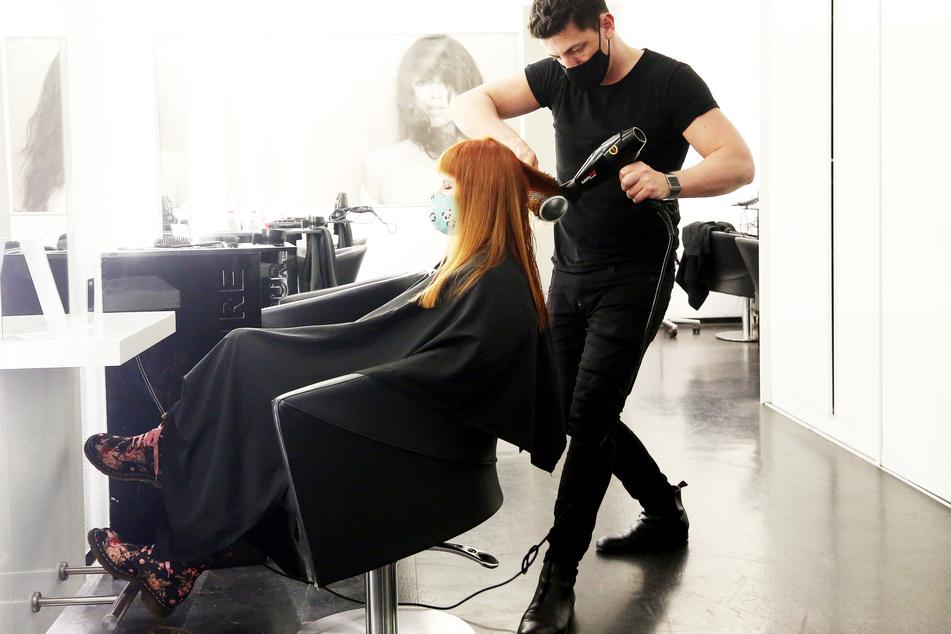 Viele Friseure in NRW haben am Tag vor dem erneuten Corona-Lockdown bis kurz vor Mitternacht gearbeitet.