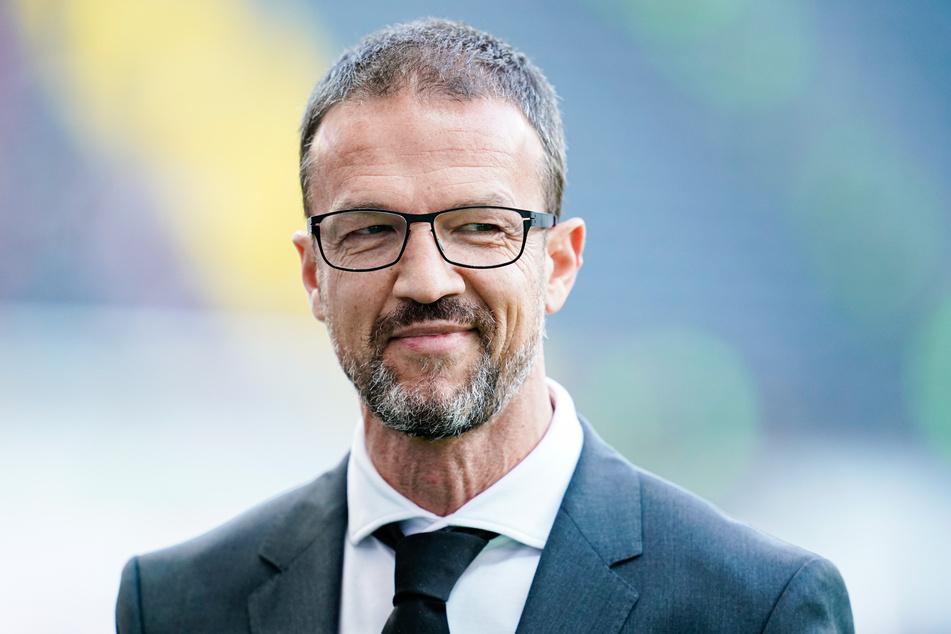 Frankfurts Sport-Vorstand Fredi Bobic steht vor einem Spiel im Stadion.