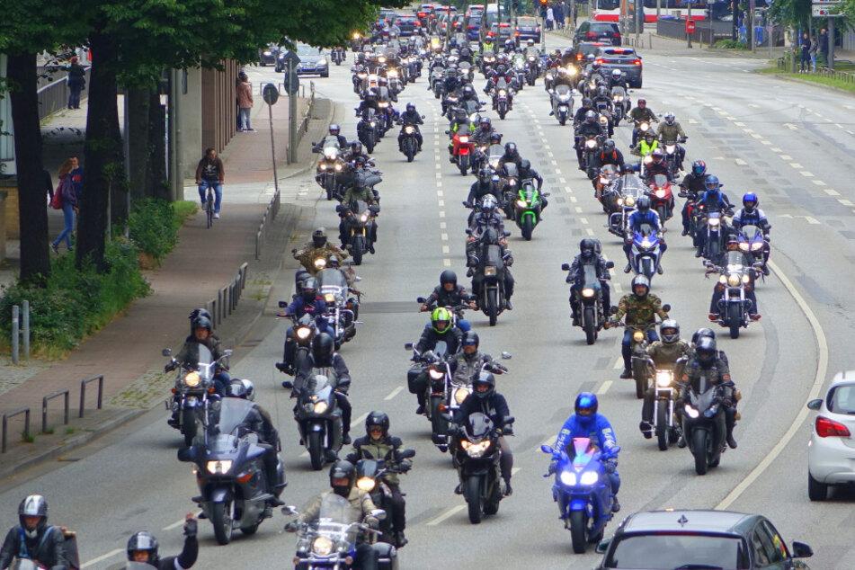 Große Motorrad-Demo! Hunderte Biker rollen durch Hamburg