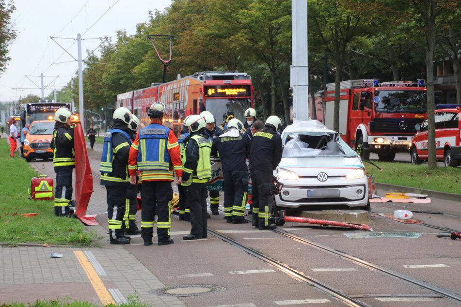 Die Fahrerin des Wagens (39) musste von der Feuerwehr aus ihrem Fahrzeug befreit werden. Sie wurde schwer verletzt.