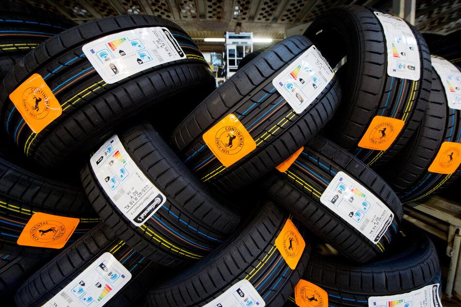 LKW-Reifen des Automobilzulieferers und Reifenherstellers Continental AG. Die Corona-Folgen und der teure Konzernumbau haben den zweitgrößten Autozulieferer Continental auch 2020 in den roten Zahlen gehalten.