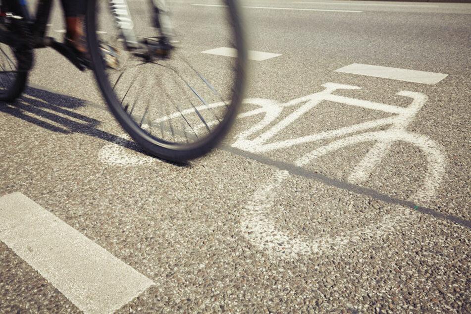 Ein Fahrrad fährt auf dem Radweg (Symbolfoto).