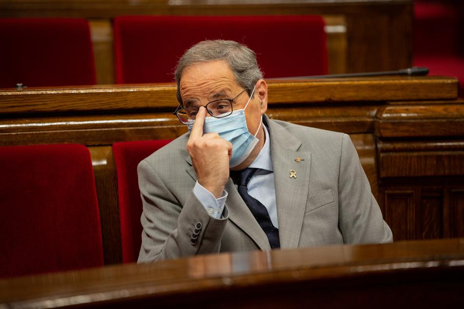 Quim Tora, Ministerpräsident von Katalonien, nimmt mit Mundschutz an einer Plenarsitzung im Parlament teil.