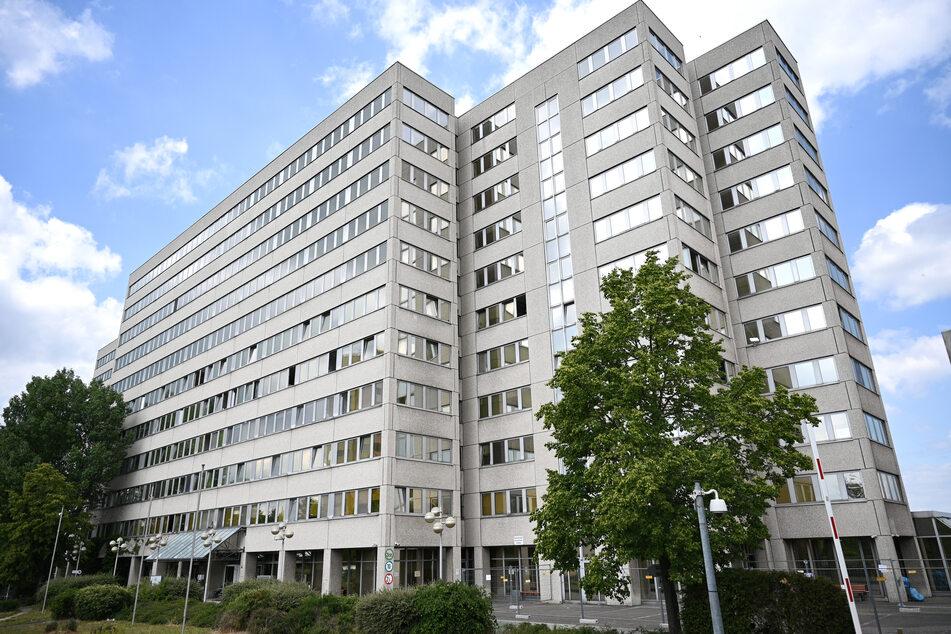 Flüchtlinge sind in einem ehemaligen Bürokomplex im Frankfurter Stadtteil Bockenheim untergebracht. In der Gemeinschaftsunterkunft sind 65 Bewohnerinnen und Bewohner sowie zwei Mitarbeiterinnen des Deutschen Roten Kreuzes (DRK) positiv auf Covid-19 getestet worden
