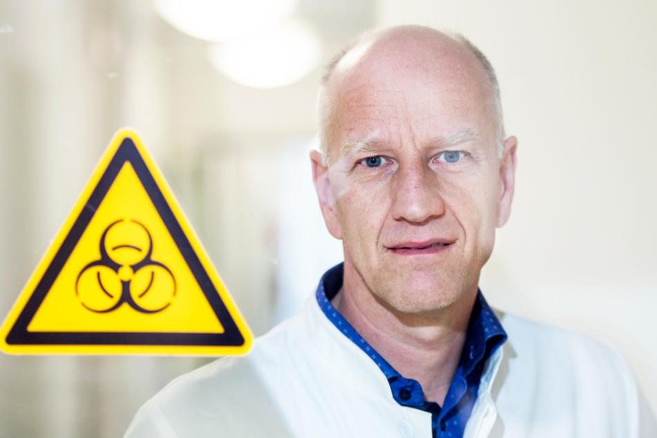 Virologe Ulf Dittmer hält von der Idee, Profis in möglichen Geisterspielen Masken tragen zu lassen, nichts. (Archivbild)