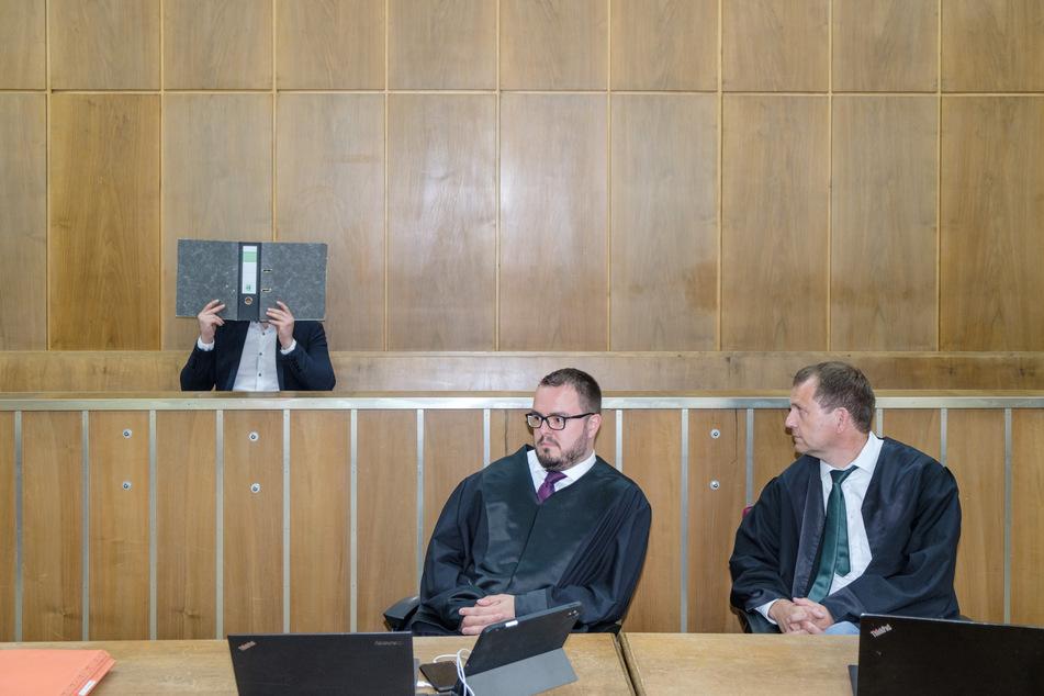 Der Angeklagte Patrick S. (35, l.) und seine Verteidiger Daniel Brunkhorst (m.) und Sven Tamoschus (r.).