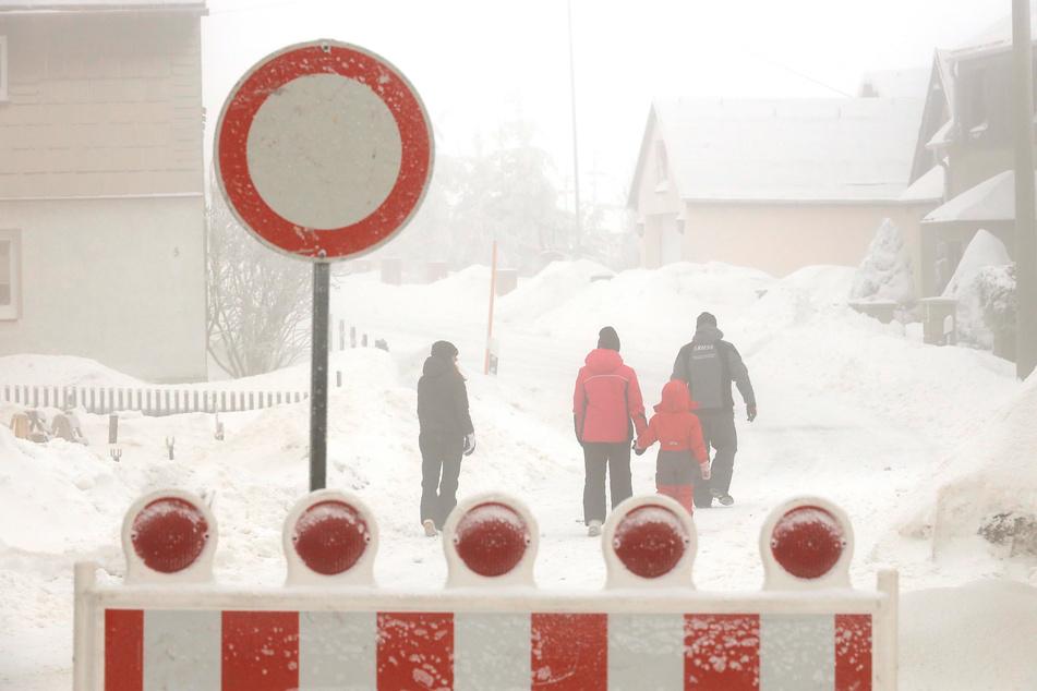 Sperrungen, wie hier am Sonntag zwischen Satzung und Am Hirtstein, waren aufgrund der Schneeverwehungen nötig.