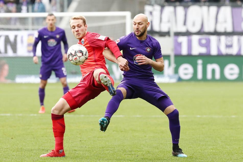 In der Vorsaison waren Ben Zolinksi (l.) und Aue-Kicker Philipp Riese noch Gegner.