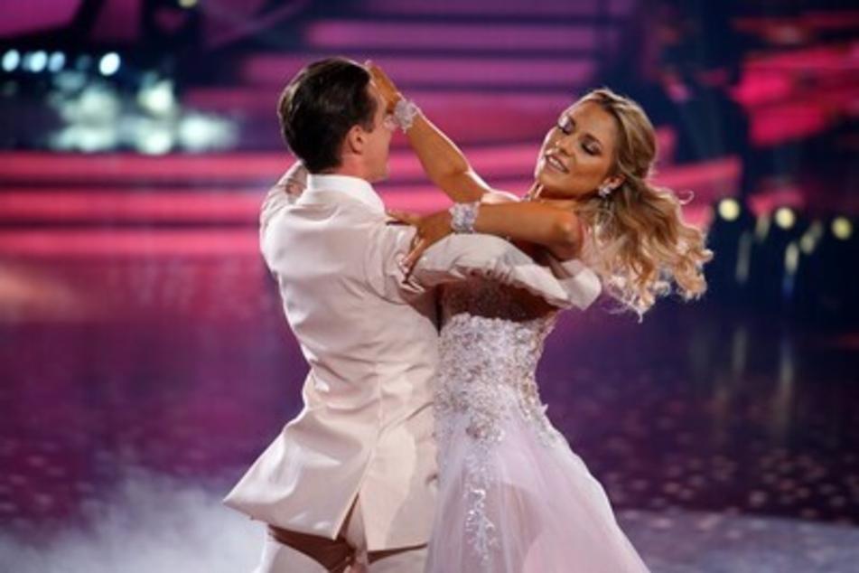 Einmal mehr die volle Jury-Punktzahl erhielt GZSZ-Sternchen Valentina Pahde (26). Gemeinsam mit Tanzpartner Valentin Lusin (34) begeisterte sie mit ihrem Slowfox.