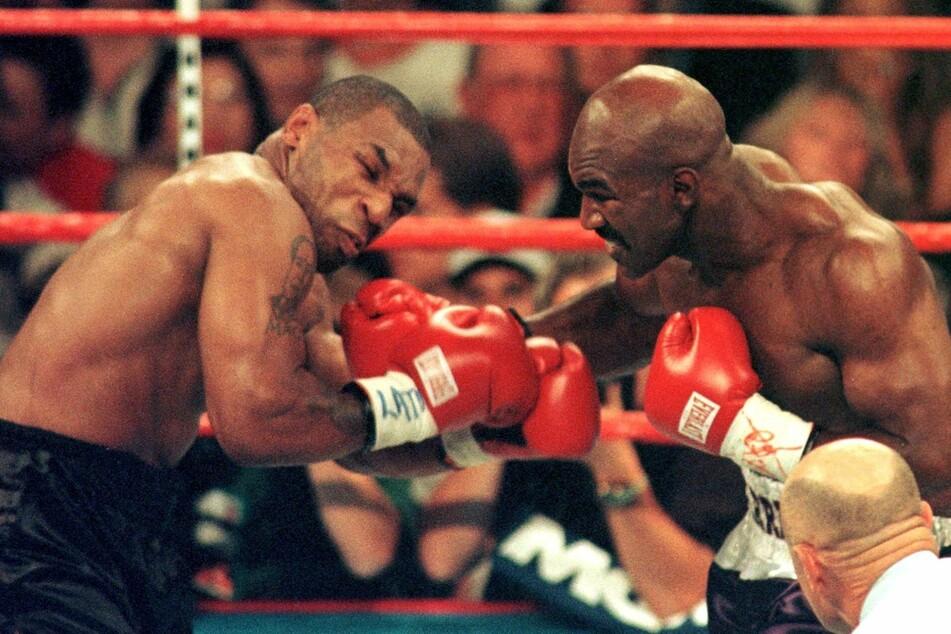 Die Schwergewichte Mike Tyson (55, l.) und Evander Holyfield (58) bei ihrem Kampf 1997. Der Tag, an dem Tyson seinem Gegner in das Ohr biss.