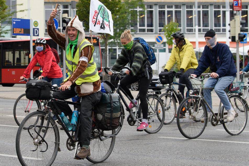 Aktivisten gegen Autobahn-Ausbau radeln über A49