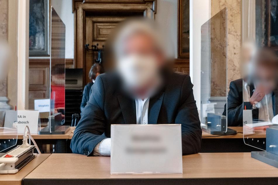 Die Angeklagte sitzen zwischen ihren Anwälten in einem Saal des Zivilgerichts Hamburg im Prozess wegen.