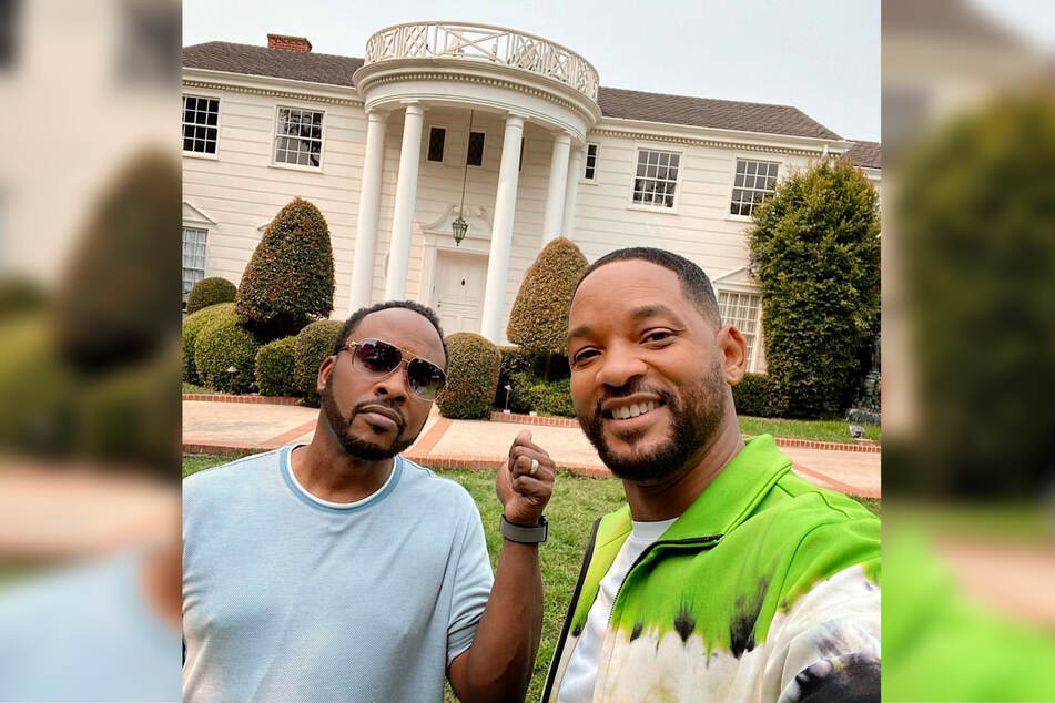 Will Smith (r.), aka the Fresh Prince, with co-star DJ Jazzy Jeff in front of the famous mansion.