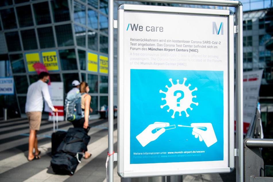 Ein Schild weist am Flughafen auf die Möglichkeit zur Durchführung von Corona-Tests hin.