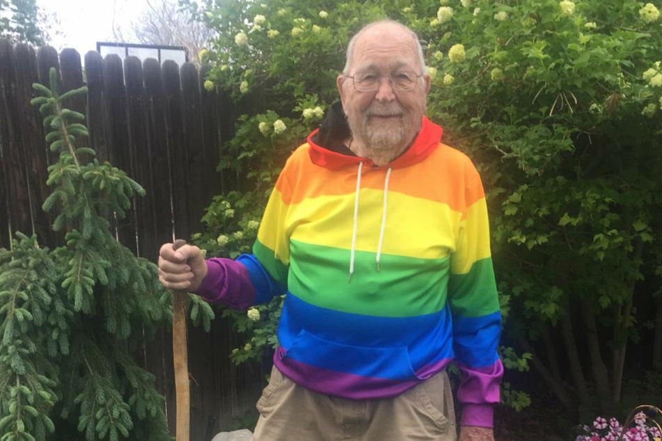 Stolz steht Kenneth mit seinem Regenbogen-Hoodie in seinem Garten. Kaum zu glauben, aber dieser Mann wurde im Jahr 1930 geboren!