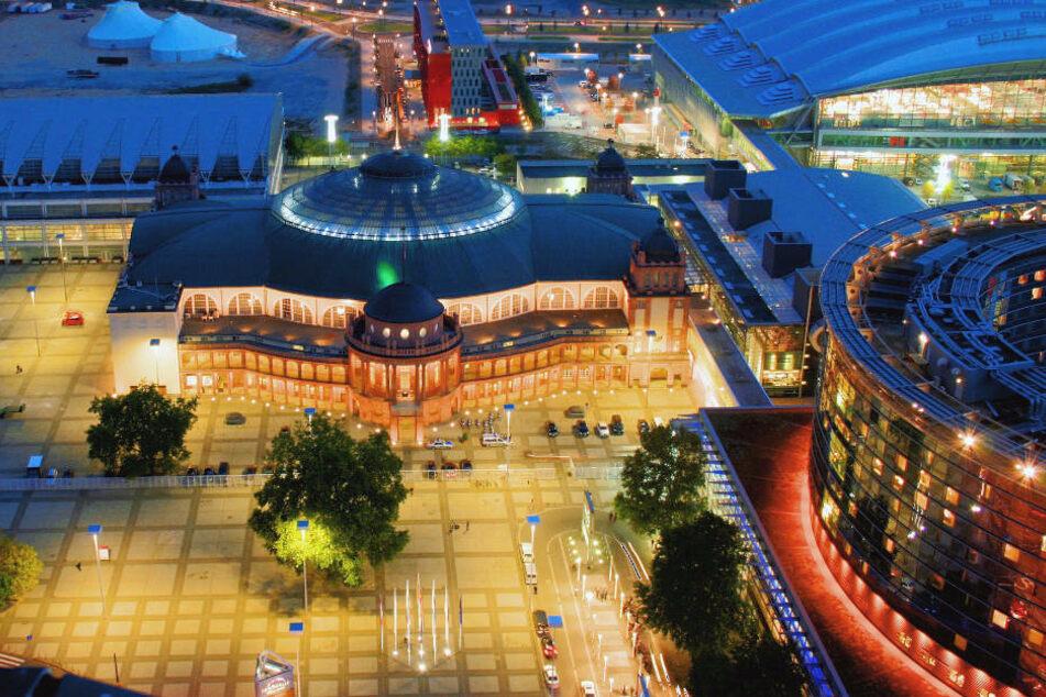 Die Festhalle in Frankfurt am Main am Messegelände im Abendlicht (Archivbild).