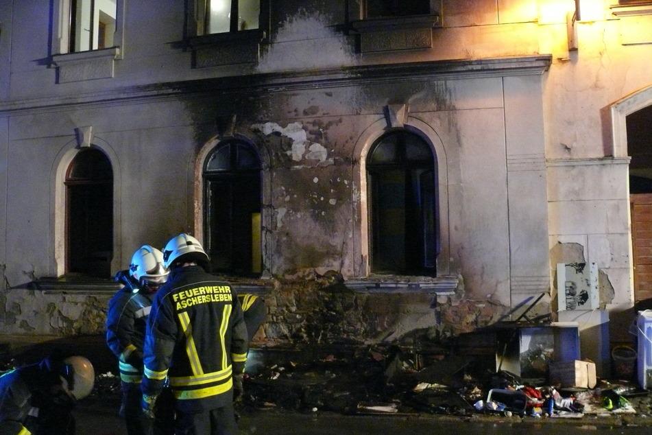 Durch einen angezündeten Sperrmüllhaufen entstand ein großer Schaden an dem Mehrfamilienhaus: Fensterscheiben zersprangen und der Putz bröckelte.