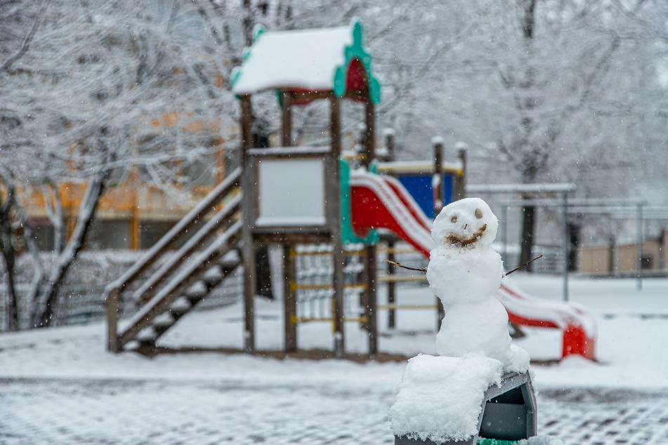 Der Neuschnee reichte sogar aus, um kleine Schneemänner zu bauen.