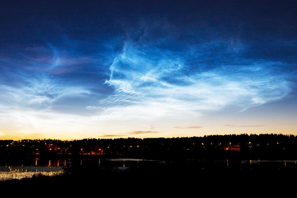 Faseriger Schleier mit Wirbeln und Wellen: So sehen die leuchtenden Nachtwolken häufig aus. Aber es geht auch anders.
