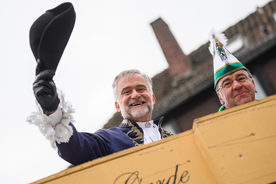Wolfgang Griesert (63, CDU, links) hat mit seinem Vorgänger als Oberbürgermeister von Osnabrück Boris Pistorius (60, SPD) beim Karneval Spaß. (Archivbild)