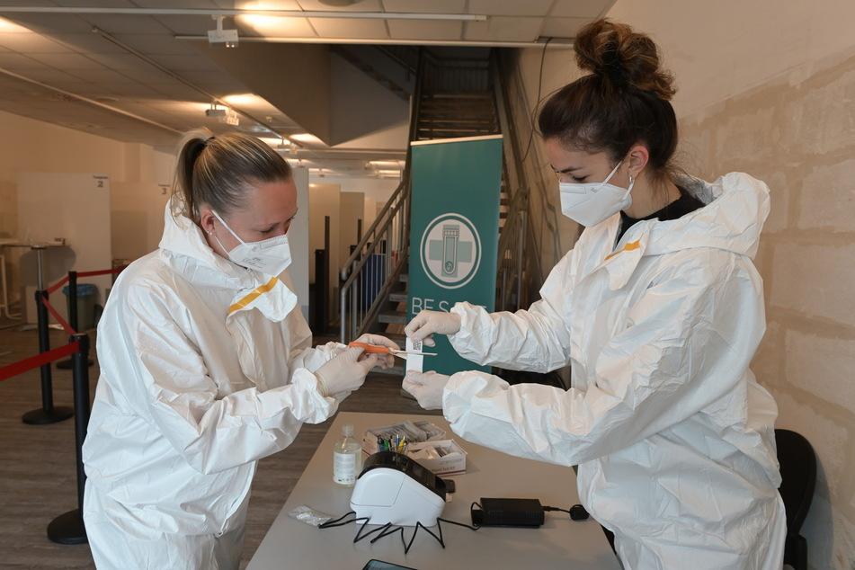 Sindy Taizs (36, l.) und Sally Winkler (22) führen die Tests durch.