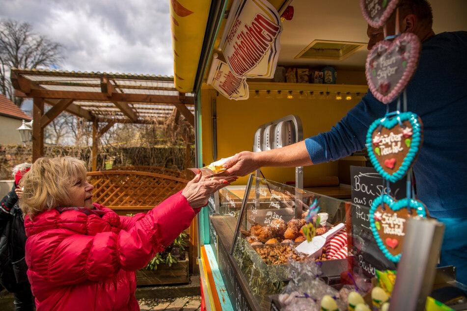 Immer samstags und sonntags können sich die Leckermäuler der Region die Süßigkeiten von ihm abholen – auch auf Vorbestellung.