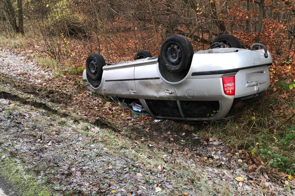Glätteunfall! 27-Jährige überschlägt sich im Straßengraben und wird schwer verletzt