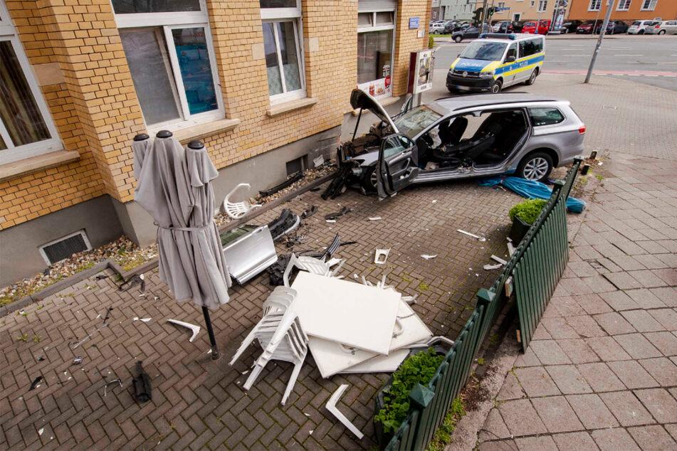 Mutter und Sohn schwer verletzt: VW-Fahrer kracht gegen Hauswand