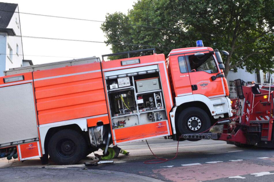 Köln: Totalschaden! Kölner Feuerwehr stößt mit VW Polo zusammen