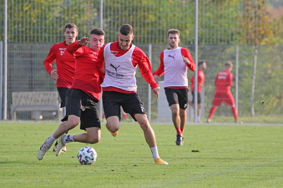 Training statt Punktspiel gegen Türkgücü München beim FSV Zwickau! Jozo Stanic (l.) im Zweikampf mit Maximilian Wolfram.