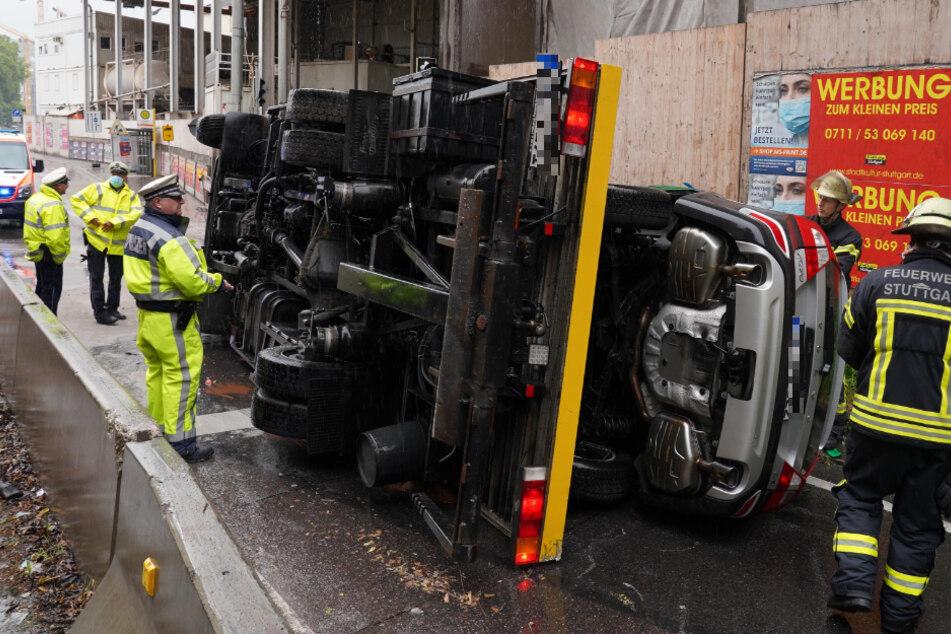 Abschleppwagen mit Pkw auf der Ladefläche liegt auf der Seite: Tunnel gesperrt