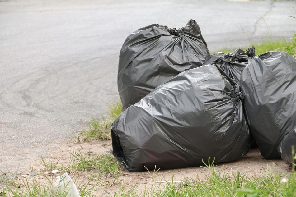 In den illegal entsorgten Mülltüten fanden sich gefrorene Brathühnchen und giftige Asbestplatten. (Symbolfoto)
