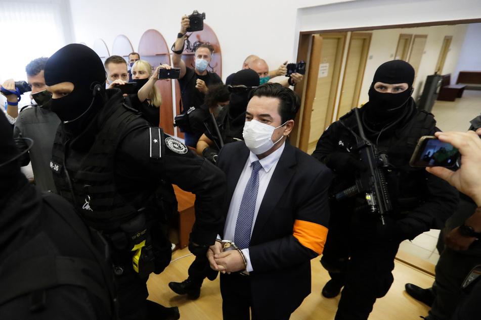 Marian Kocner (Mi.), Drahtzieher des Mordes an dem Enthüllungsjournalisten Jan Kuciak und seiner Verlobten Martina Kusnirova, wird von bewaffneten Polizeibeamten zur Verhandlung eskortiert.
