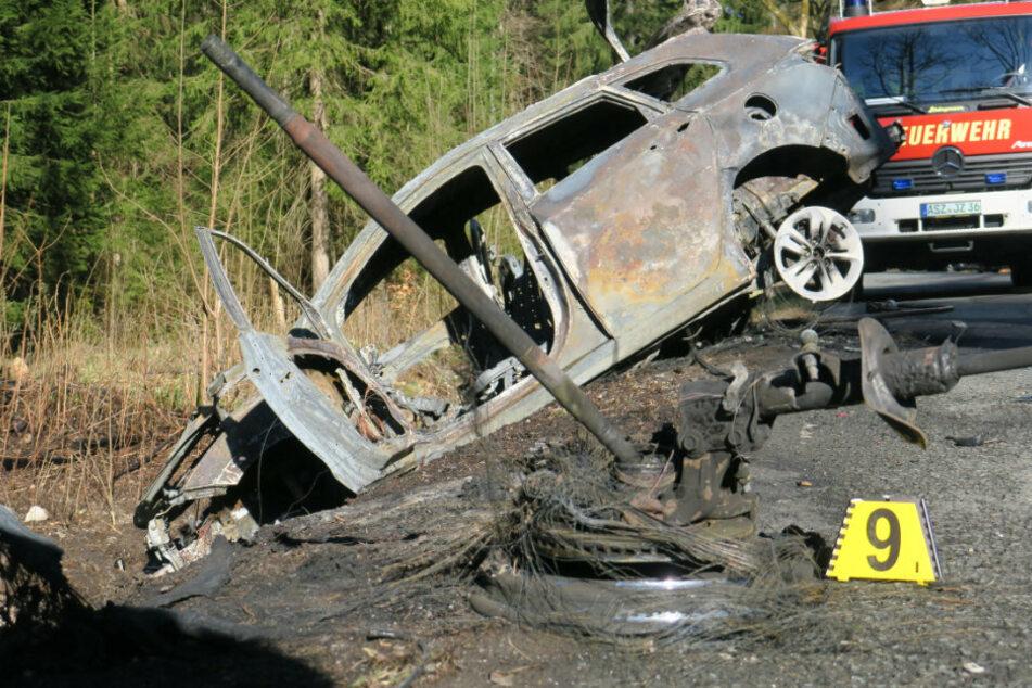 Chemnitz: Erzgebirge: Auto geht nach Unfall in Flammen auf