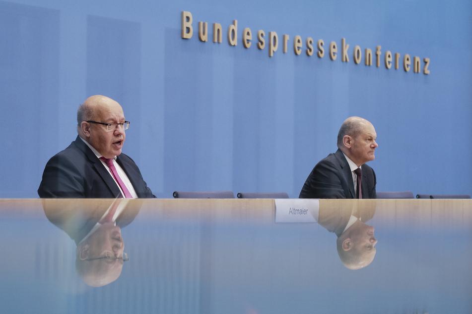 Peter Altmaier (CDU, l), Bundesminister für Wirtschaft und Energie, und Olaf Scholz (SPD), Finanzminister, geben eine Pressekonferenz zu den neuen Corona-Hilfen für die Wirtschaft. Scholz spricht sich für eine Steuererhöhungen für Topverdiener aus, allerdings erst nach der Krise.