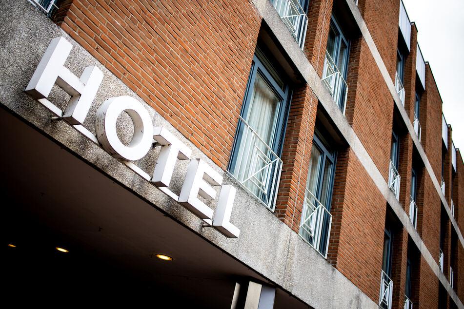 """Niedersachsen, Hannover: Der Schriftzug """"Hotel"""" hängt an der Fassade eines Hotels in der Innenstadt."""