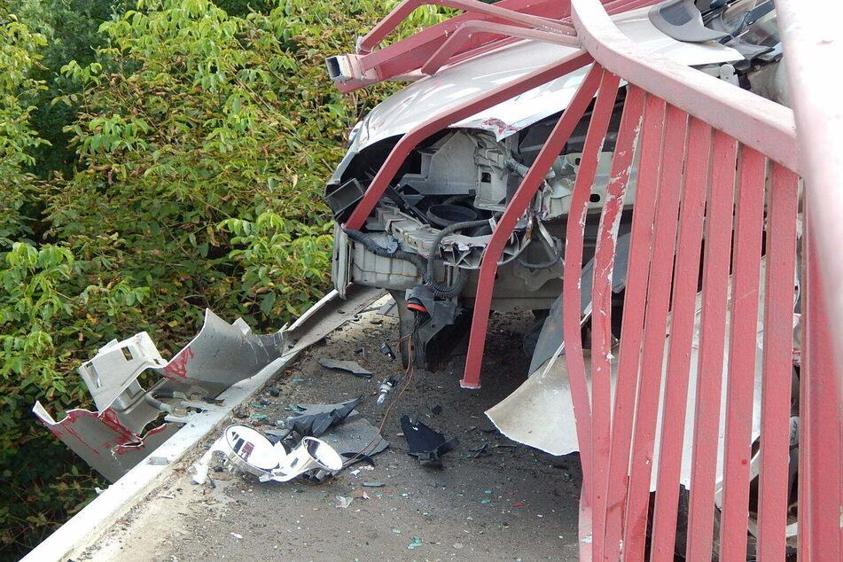 Die Bahnstrecke unter der Brücke musste gesperrt werden, da Kleinteile des Unfallautos herunterzufallen drohten.
