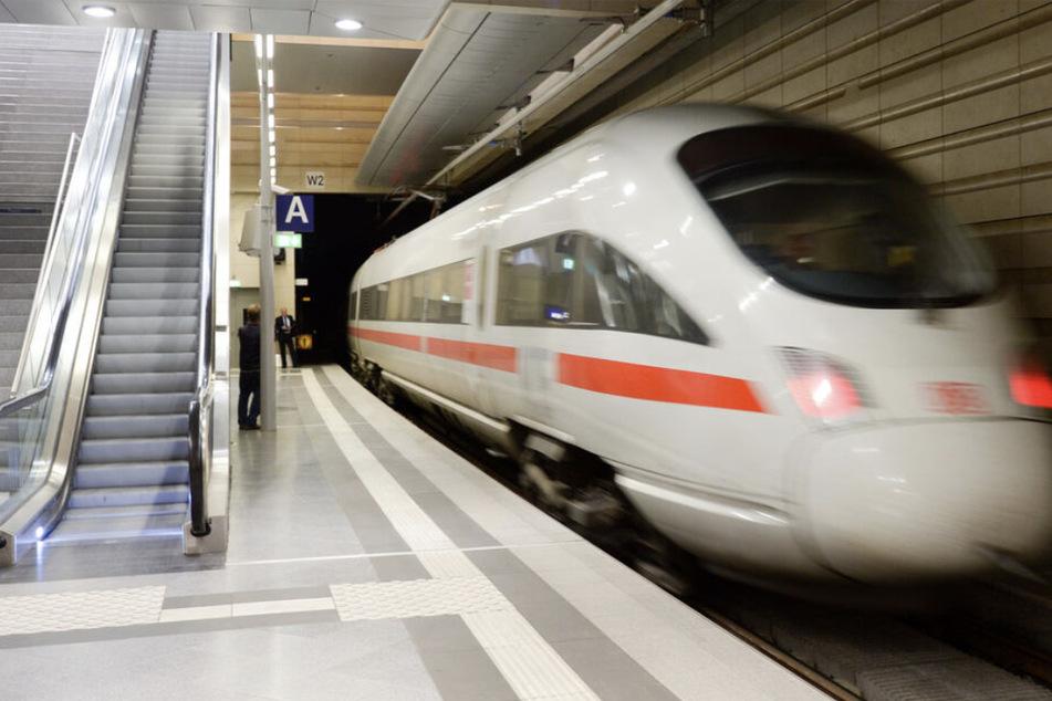 Die Bundespolizei warnt nach einem Fund im ICE Frankfurt-Leipzig vor präparierten Steckern in Schnellzügen. (Symbolbild)