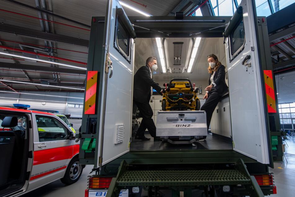 """Binz""""-Chefin Cathrin Wilhelm zeigte Wirtschaftsminister Martin Dulig (47, SPD) einen Rettungswagen."""