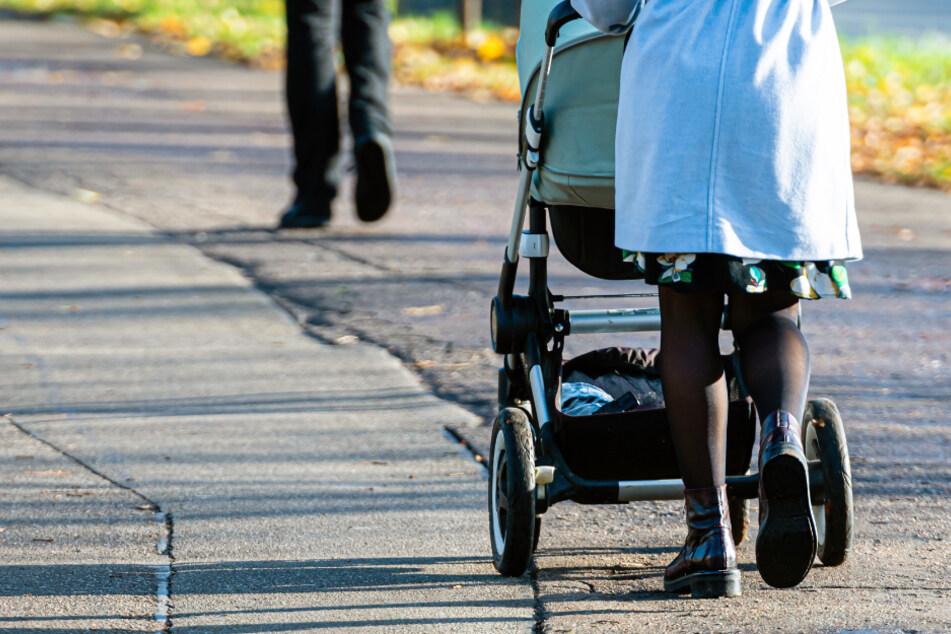Auto fährt gegen Kinderwagen, Fahrerin flüchtet einfach