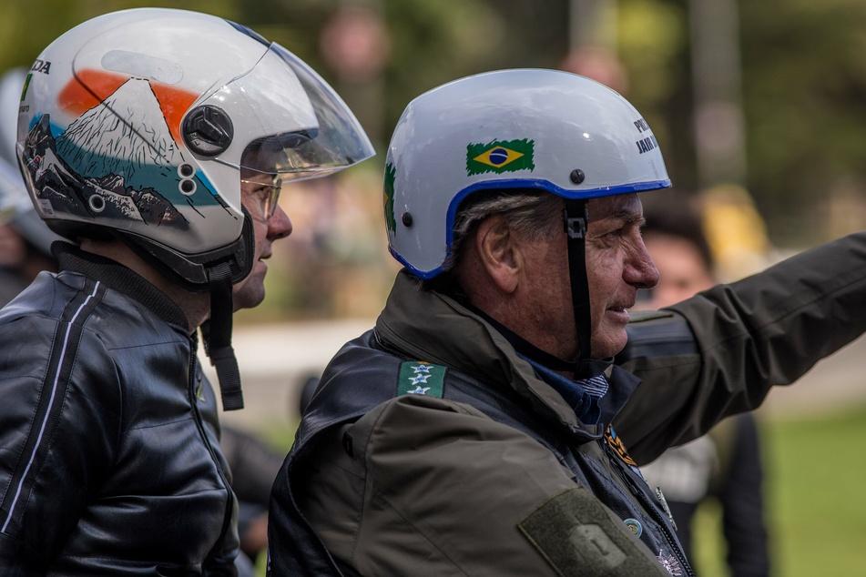 Der brasilianische Präsident Jair Bolsonaro (66, r) trägt keine Mund-Nasenbedeckung bei einer Motorradrallye mit tausenden Anhängern in der Millionenmetropole São Paulo.