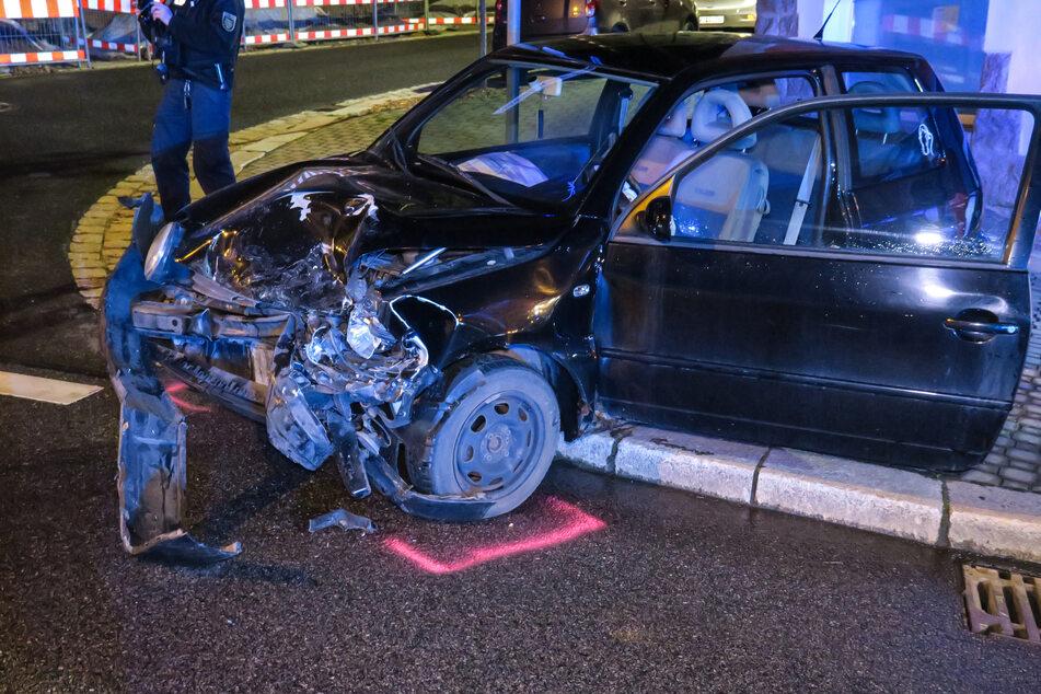 Der VW wurde nach dem Zusammenstoß mit dem Opel auf den Fußweg geschleudert.