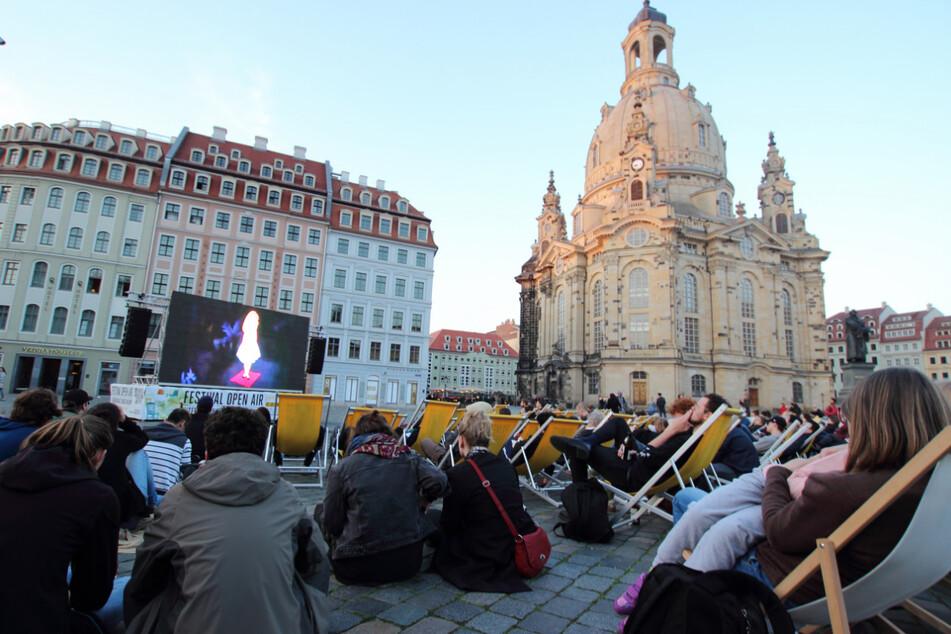 Viele Filmbeiträge werden open-air auf dem Neumarkt in Dresden gezeigt.