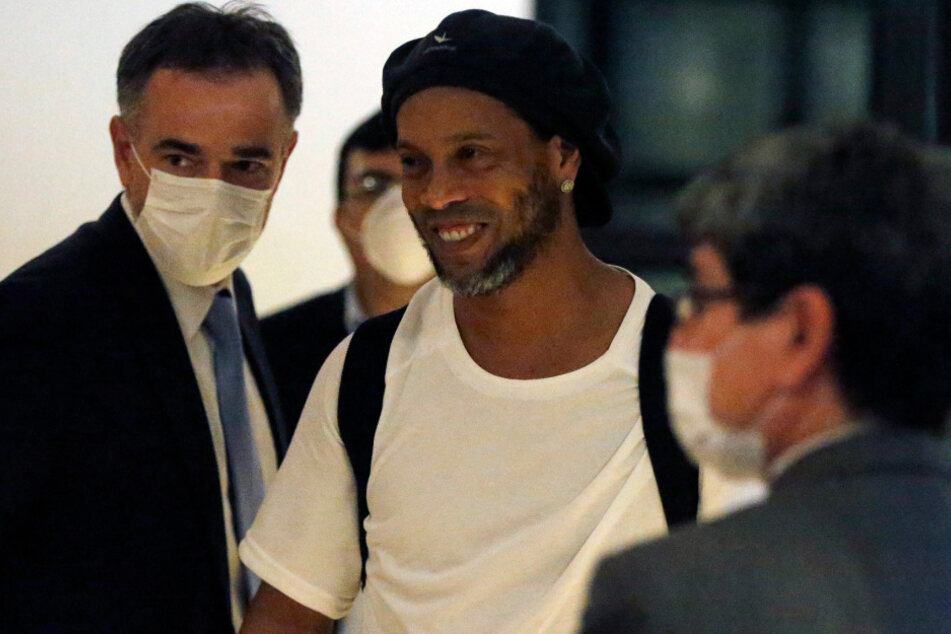 Der ehemalige brasilianische Fußballer Ronaldinho kommt in einem Hotel an.