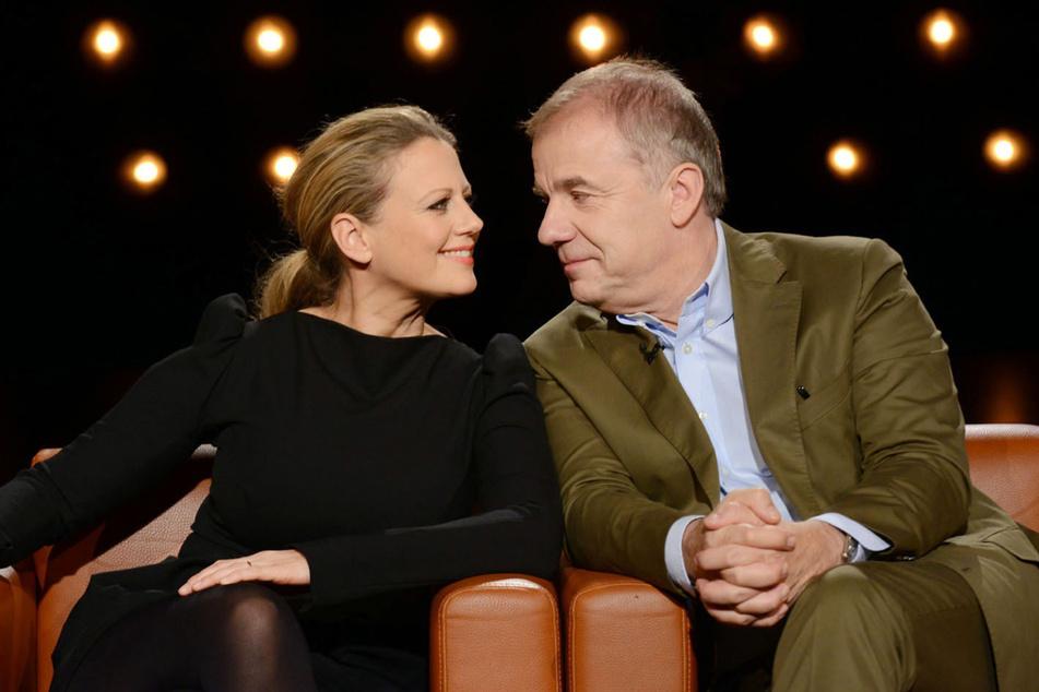 """Barbara Schöneberger (47) und Hubertus Meyer-Burckhard (64) sind die Gastgeber der """"NDR Talk Show""""."""