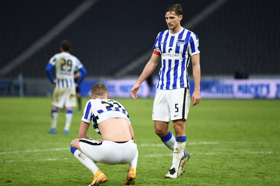 Niklas Stark (r.) tröstet nach der Niederlage gegen RB Leipzig Marton Dardai. Der Rasen war zuletzt in keinem guten Zustand.