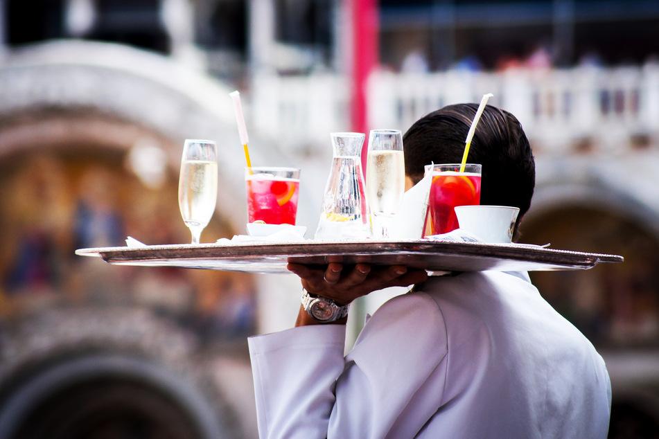 Ein Kellner sollte nicht mit Geld bezahlt werden. (Symbolbild)